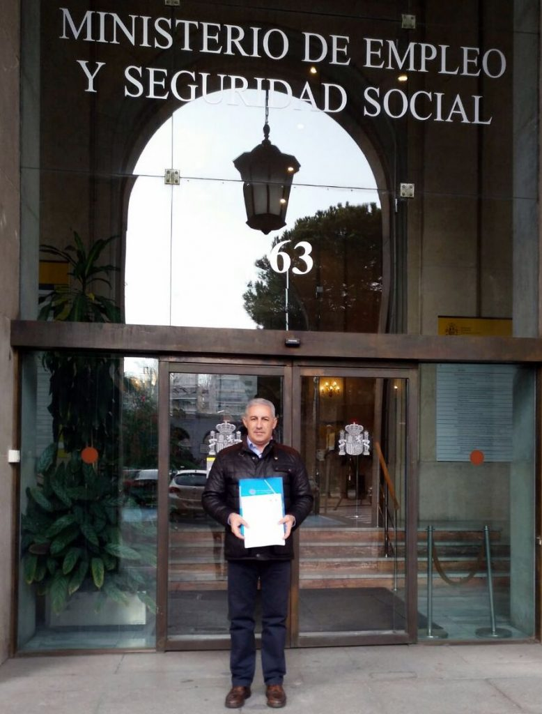 CHEMA REGISTRANDO ALEGACIONES PUERTA MINISTERIO 10 ENE 2017
