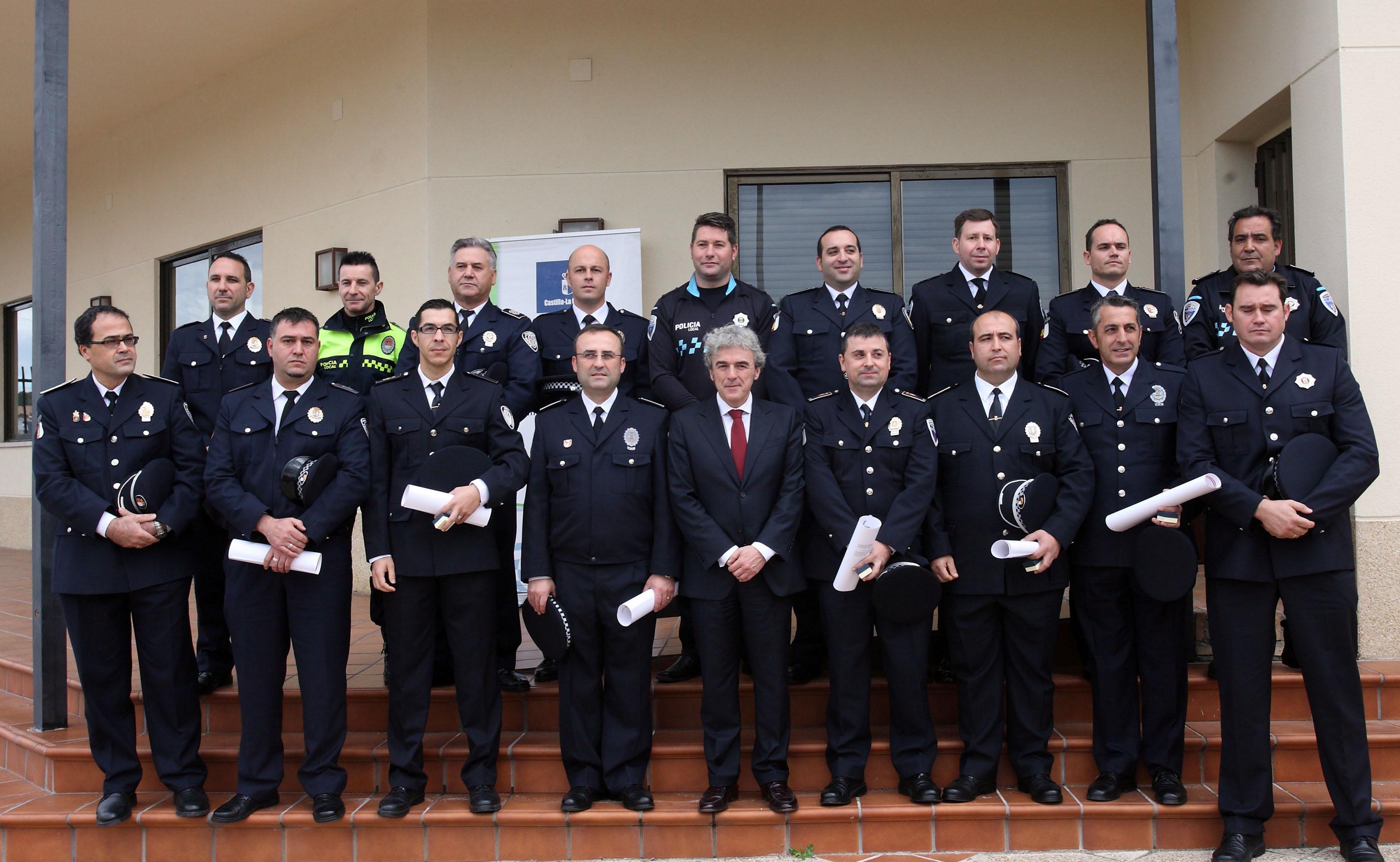 FOTO ENTREGA DISTINTIVOS POLICIA ADMINISTRATIVA DIC 2014